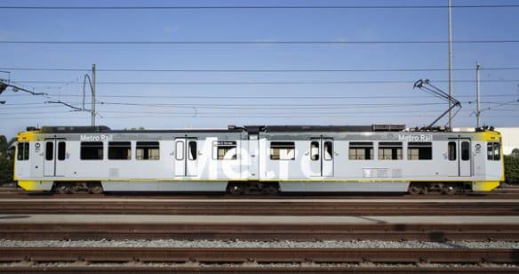 """Vista del exterior de un tren con el nuevo diseño que incluye las letras """"Metro""""  en grande."""
