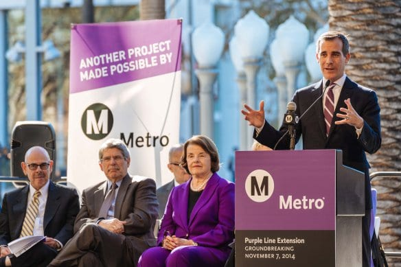 El alcalde angelito Eric Garcetti habla durante la ceremonia de inicio de las obras. A la izquierda, el congresista Henry Waxman, el supervisor Zev Yaroslavsky y la congresista Diane Feinstein. Foto: Steve Hymon/Metro.