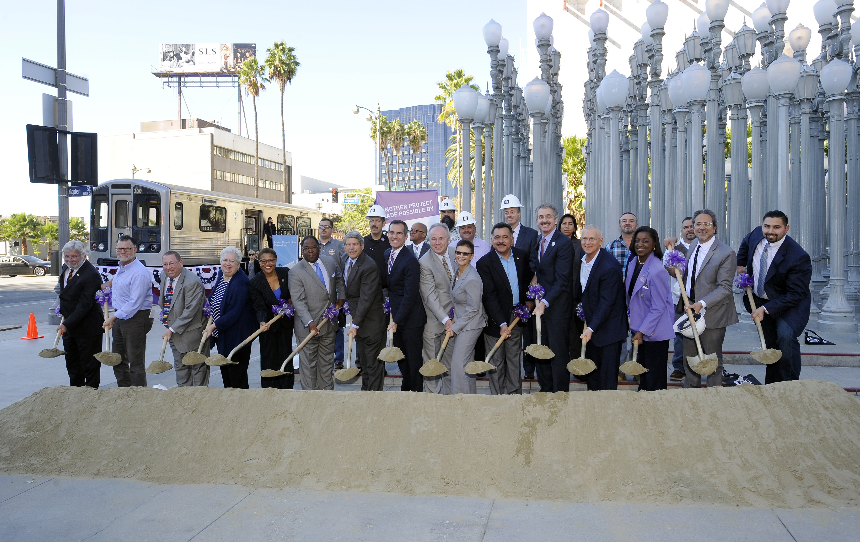 Los funcionarios asistentes durante la ceremonia del inicio de las obras. Foto: Juan Ocampo/Metro.
